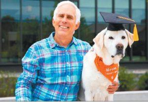 陪學生10年 治療犬獲頒博士