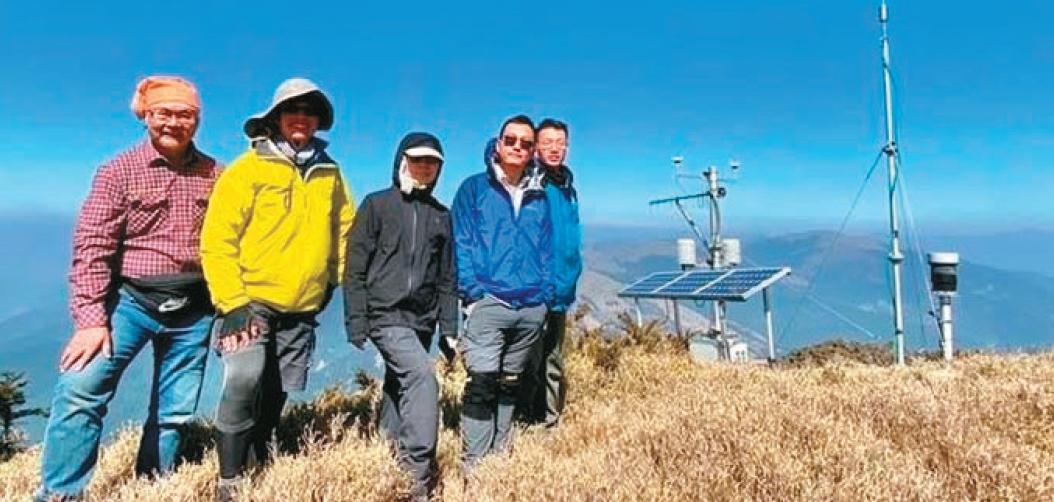 氣象局員工 維修高山氣象站